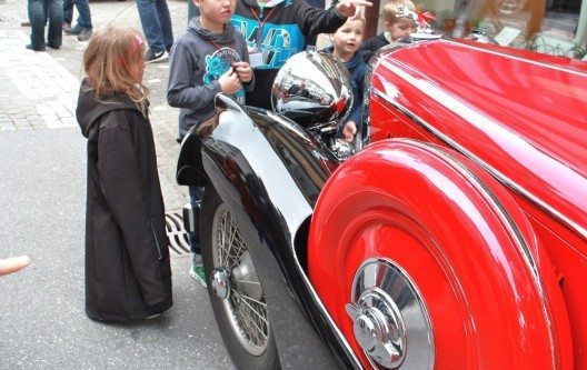 Kinder beim Oldtimerevent in Obwalden
